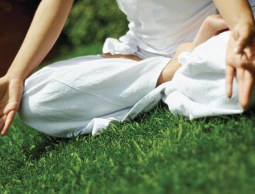 Posisi telunjuk dan ibu jari saat meditasi menerima attunement reiki kundalini.