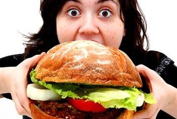 Pola makan berlebihan tanpa kontrol menyebabkan obesitas yang rawan akan gangguan kesehatan, jika tidak diimbangi dengan aktivitas fisik.