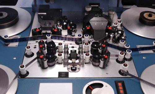 Detail dari mesin editing film 16 dan 35 mm dimana jalur film dan suara terpisah reel nya. Sinkronisasi gambar dan suara dikerjakan di mesin editing ini.