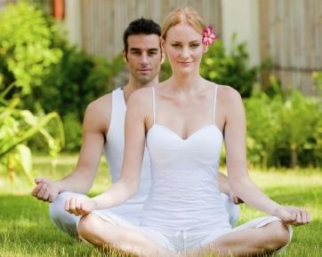 Posisi tubuh saat menerima attunement. Anda boleh duduk di lantai seperti gambar di atas atau duduk di kursi tanpa sandaran. Mata terpejam,santai, rileks, jangan konsentradi , pasrah dan pusatkan perhatian pada ubun-ubun ( chakra mahkota anda ) serta bernapas alami.