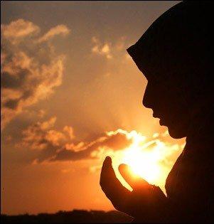 Image seorang wanita yang sedang berdoa untuk kesembuhan kerabatnya yang sedang sakit