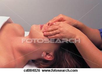 Penyaluran reiki ke orang lain dimulai dari bagian kepala. Mulailah menyalurkan reiki ke organ mata untuk beberapa saat, lalu tangan bergerak ke bagian kepala lainnya, seperti ke kening, kuping, pipi tulang tengkorak agar reiki menyusup ke bagian organ otak.
