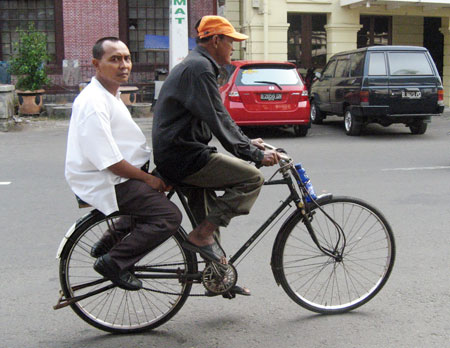 ojek sepeda di kota jakarta