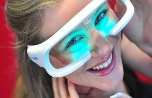 Menurut kalangan peneliti, kacamata yang revolusioner ini diklaim dapat mengurangi beban orang yang terkena insomnia dan mampu mengatasi permasalah jet lag bagi setiap penumpang pesawat.