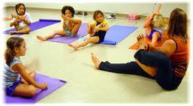 Membuat anak bertindak tenang dengan mengelola emosi dan mental, tidak ada salahnya anak berlatih yoga.