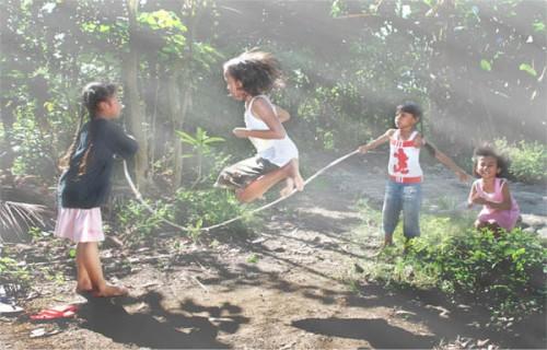 Permainan tradisional yang masih ada hingga sekarang ini adalah lompat tali. Kegiatan positif mengajarkan anak untuk mau menggerakkan badan seperti lompat tali ini.