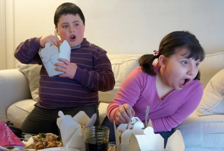 Kasus obesitas pada anak semakin meningkat dan kini telah menjadi masalah kesehatan masyarakat. Sehingga hal ini harus menjadi perhatian banyak pihak seperti orang tua, orang-orang di lingkungan sekolah, dan siapa saja yang berhubungan dengan anak-anak.