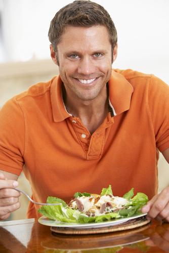 Sayuran dan buah segar harganya relatif murah. Kaya serat, vitamin dan mineral. Karenanya dianjurkan makan 5 porsi per hari. Bukan hanya tubuh jadi sehat dan ramping, resiko penyakit jantung bisa dikurangi.