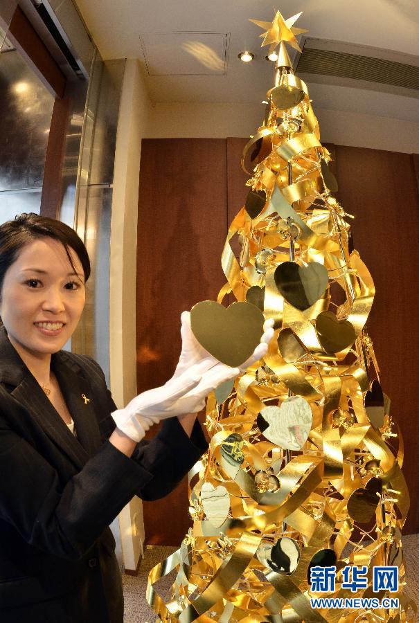 Pohon natal itu dibuat dari 88 pounds emas (sekitar 40 kilogram) dengan tinggi 8 feet (2,4 meter) dan diameter sekitar satu meter. Pohon natal emas ini dihiasi dengan 50 karakter populer Disney. Harganya cukup 350 juta yen atau sekitar Rp 41 miliar! Saat ini, harga emas di Jepang sekitar 4.400 yen per gram.