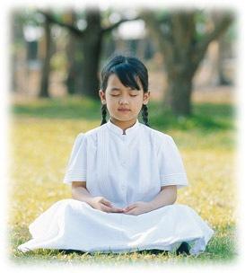 Selain menyalurkan reiki dan kundalini, praktisi reiki juga dilatih meditasi.