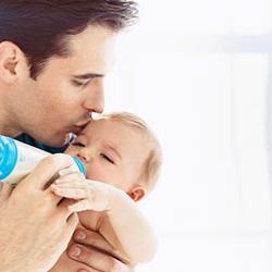 Untuk memastikan kondisi anaknya sehat, buru-buru ayah lalai ini membawa anaknya ke rumah sakit untuk memeriksakan kondisinya.