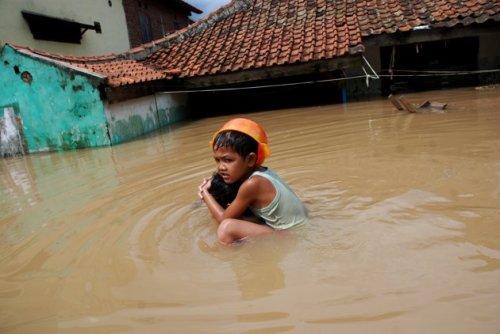 Pertolongan pertama saat air mulai menggenangi kawasan, segera ungsikan anak dan orang tua ke tempat aman.