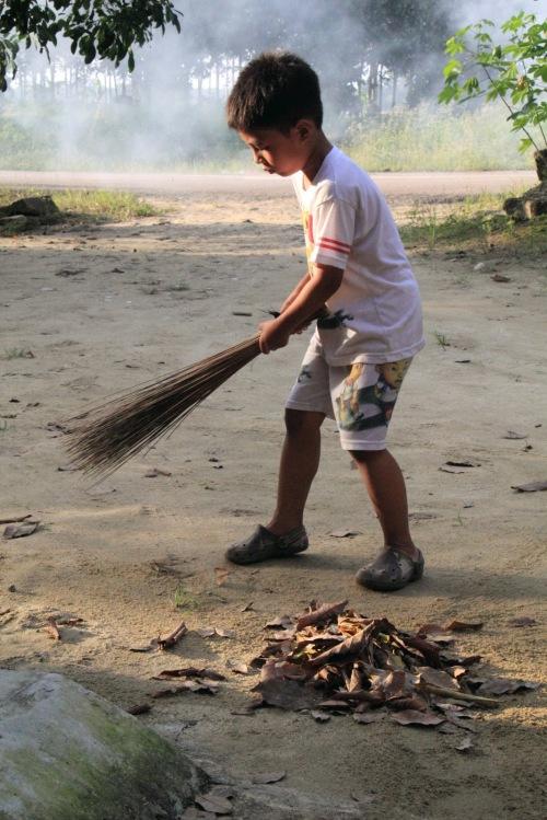 Setelah halaman kering dari banjir, sisa sampah kita sapu dan dibakar.
