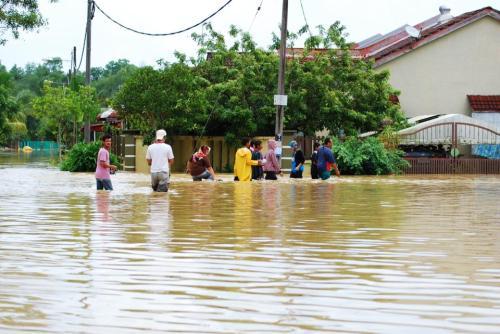 Air banjir yang merendam kawasan perumahan cenderung kotor bercampur dengan sampah, pecahan kaca, paku berkarat, plastik dan lumpur. Kondisi air kotor me ngandung kuman penyakit.