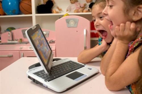 Anak dengan segala kepolosannya tengah asyik main game internet. Orangtua perlu juga mendampingi anak saat tengah berselancar di internet.