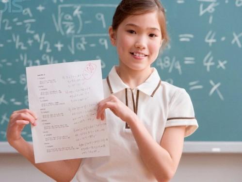 Matematika. Sebagian besar orang yang mendengar kata itu langsung bergidik. Sebagian lagi tiba-tiba merasa lemas. Matematika kerap menjadi momok menakutkan bagi anak kecil hingga orang dewasa. Namun, karena menjadi mata pelajaran utama di sekolah, orangtua sering memaksa anaknya untuk belajar matematika.
