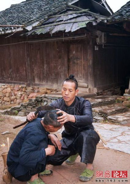 Cukur rambut pun dimulai.Pelanggan disuruh memiringkan kepalanya sebelum sabit tajam menggores rambutnya.
