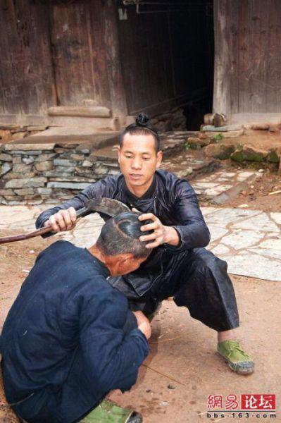 Kres-kres bunyi sabit menggores rambut yang mulai berguguran ke tanah.