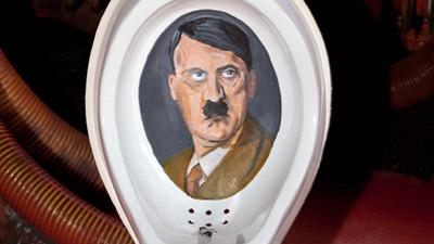 Toilet Adolf Hitler mengundang rasa penasaran pengunjung bengkel mobil milik Greg Kohfeldt.