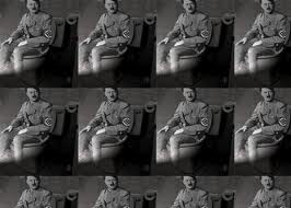 Images saat Hitler menggunakan toiletnya untuk buang hajat.