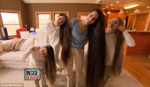 Terrelynn Russel ( 43 ) asal Illionis AS memamerkan rambut panjangnya. Jejak rambut panjang ibu ini juga diikuti oleh putri-putrinya.