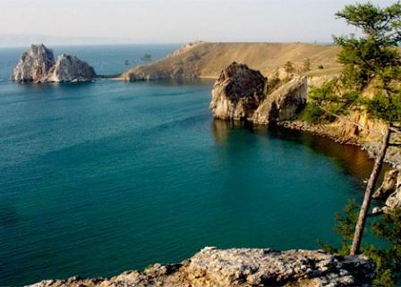 """Terletak di sebelah selatan Siberia Russia, sebuah danau dengan pemandangan yang menawan telah memukau banyak orang. Mendapakan julukan """"The Pearl of Siberia"""""""