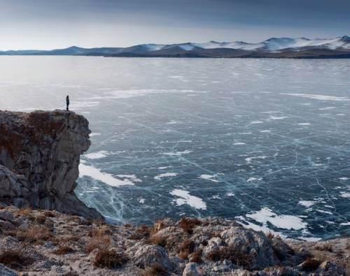 Keindahan Danau Baikal saat musim dingin. Permukaan air danau mulai ditutupi gumpalan es yang mengapung.