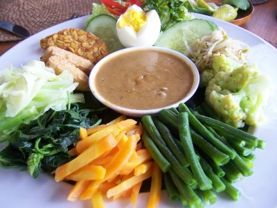 Makanan vegetarian pada awalnya digunakan sebagai program diet bagi beberapa penderita penyakit yang diharuskan menghindari makanan yang mengandung lemak tinggi atau mengandung kolesterol jahat.