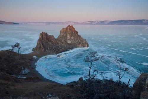 Pada musim dingin seluruh air di Danau Baikal berubah menjadi es.