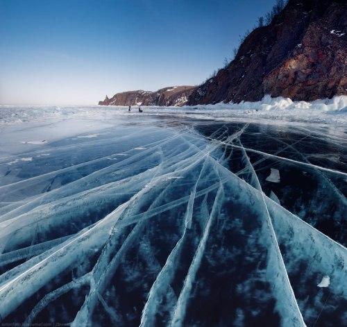 Pemandangan Danau Baikal tertutup es ini telah menarik banyak orang untuk melihatnya.