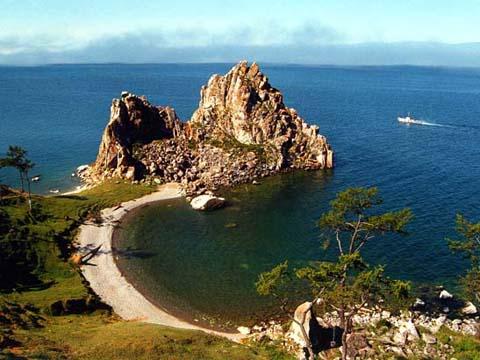 Air biru jernih dilihat dari ketinggian bukit, menjadikan Danau Baikal bagai cermin raksasa.