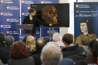 Peneliti University of Leicester dalam konferensi pers menyatakan tes DNA terhadap rangka-rangka tulang yang ditemukan dalam ekskavasi di Leicester sesuai dengan dua keturunan kakak perempuannya.