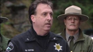 Ed Troyer sedang memberikan keterangan pers tentang maling budiman yang mengembalikan abu jenazah.