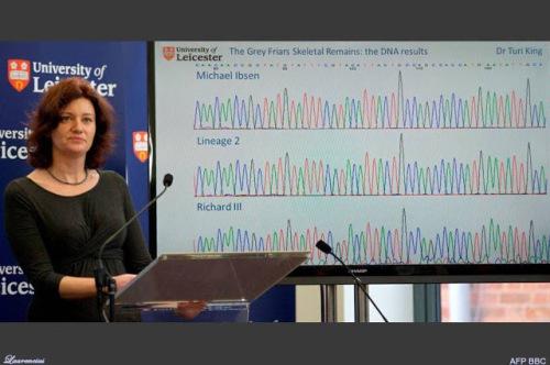 Penjelasan uji DNA oleh pejabat universitas Leicester tentang sampel kerangka yang ditemukan di halaman parkir universitas Leicester.