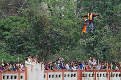 Aksi Sailendra semakin mendebarkan saat dirinya mulai bergerak melayang di atas Sungai Teesta.