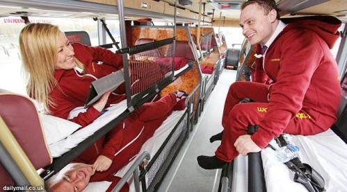 Asyik ada bus umum dengan tempat tidur di dalamnya. Penumpang bisa mengobrol dengan santai sambil rebahan.