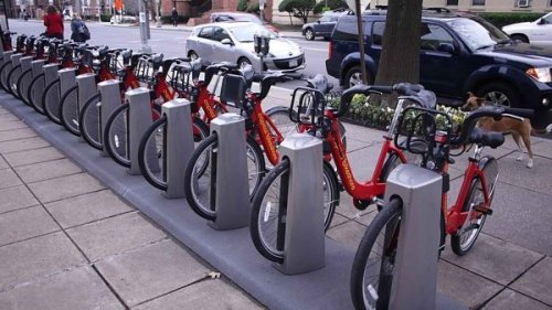 Tempat penyewaan sepeda untuk umum sebagai salah satu solusi mengurangi kepadatan lalu lintas. Selain murah, bersepeda juga berolahraga.
