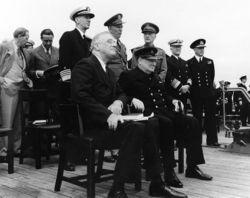 Presiden AS Franklin D. Roosevelt dan PM Inggris Winston Churchill ketika bertemu di atas kapal HMS Prince of Wales.