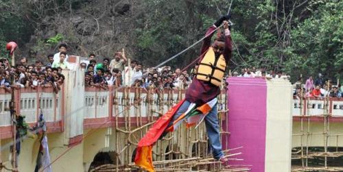 Aksi mendebarkan Sailendra dengan menyeberangi sungai memakai kuncir yang digantungkan di kawat baja.