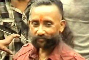 Sailendra Nath Roy dengan rambut panjangnya dan kumis tebal dan panjang.
