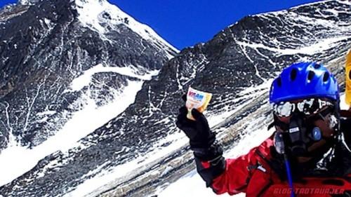 Miura mendaki mengikut laluan sama yang pernah digunakan Sir Sir Edmund Hillary dan Tenzing Norgay 60 tahun lalu.