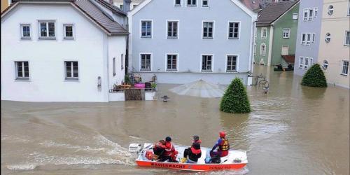 Tim penyelamat menyusuri kawasan Passau, Jerman. Hujan lebat telah memicu banjir besar di kota-kota bagian elatan dan timur Jerman, serta area di Austria dan Republik Ceko. AFP/Getty Images/ Christof Stache.