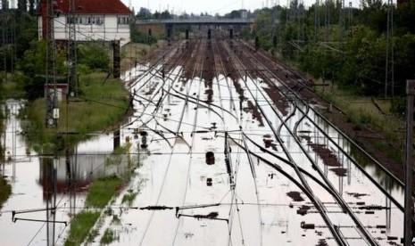 Jaringan rel kereta dari Magdeburg di timur Jerman ke Leipzig terendam banjir. Foto : Reuters.