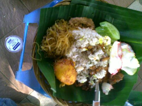 Dalam rangka ulang tahun Jakarta ke 486 ini, saya kembali membuka memori tentang makanan-makanan khas Betawi yang sering saya nikmati. Makanan-makanan ini ada yang masih saya santap hingga sekarang, ada juga yang sudah jarang saya konsumsi lagi.