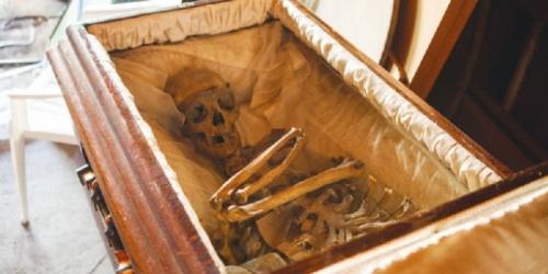 sebuah peti jenazah dari kayu oak buatan tahun 1900-an seharga 12.000 dollar AS, atau hampir Rp 120 juta. | southwestiowanews 0 0 COUNCIL BLUFFS, KOMPAS.COM — Dijual sebu