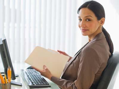 Di tengah kesibukan menyelesaikan pekerjaan dengan banyak duduk di depan komputer, jangan lupa untuk rehat sejenak dengan berdiri, berjalan sebagai langkah rileksasi.