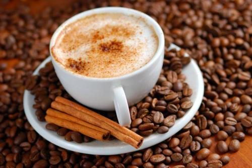Menikmati secangkir kopi hangat agar rasa kantuk segera hilang. Diperlukan keterampilan khusus saat menyedu kopi agar didapat cita rasa kopi yang sempurna.