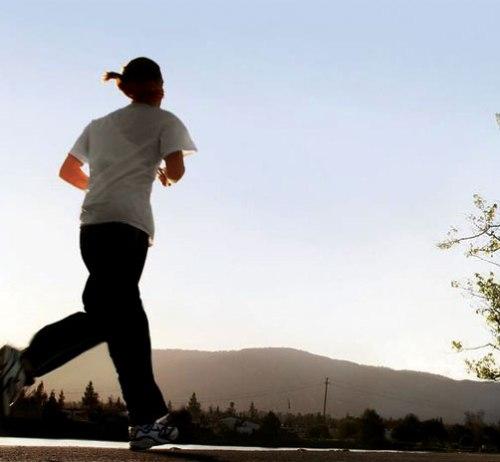 Ada pepatah kuno yang menyatakan bahwa di dalam tubuh sehat terdapat jiwa yang kuat. Dari pepatah kuno tersebut dapat disimpulkan bahwa kesehatan tubuh memiliki hubungan erat dengan kesehatan jiwa. Untuk pemanasan sebelum melakukan meditasi gerak pribadi, bisa kita lakukan olahraga berlari lebih dulu atau jalan cepat.