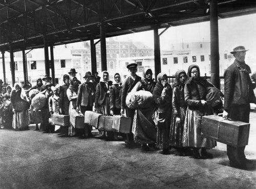 Rombongan imigran kulit hitam memasuki Pulau Ellis.