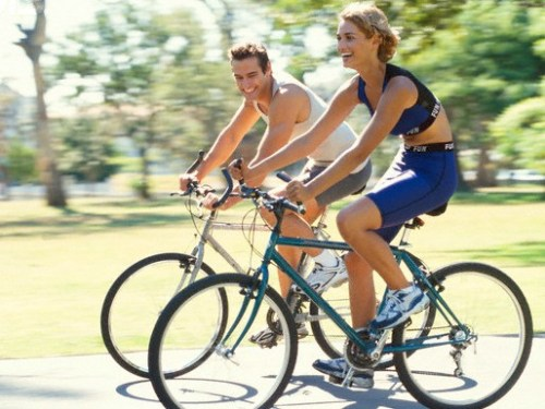 Sepeda gembira bersama pasangan sebagai kegiatan rutin harian di pagi hari.